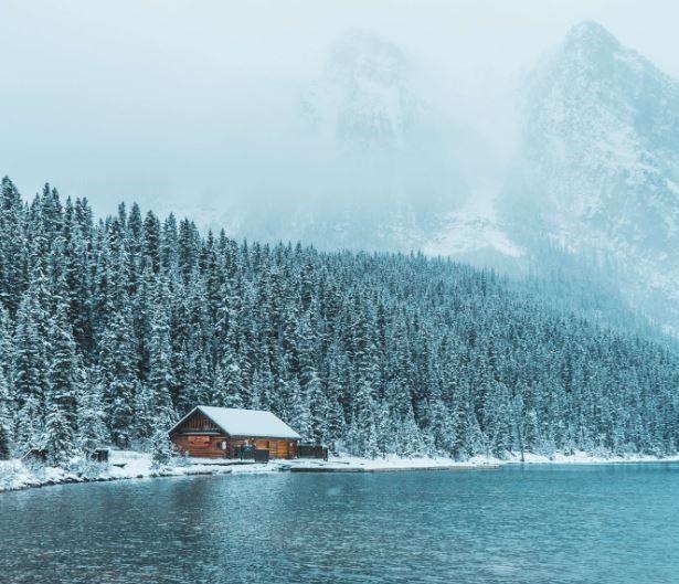 Maison du lac dans la neige
