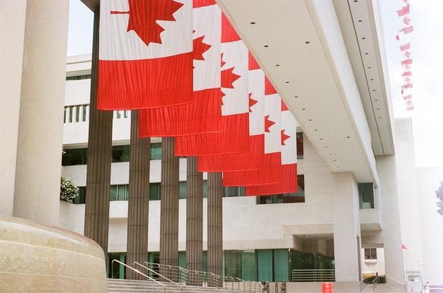 bâtiment avec des drapeaux canadiens