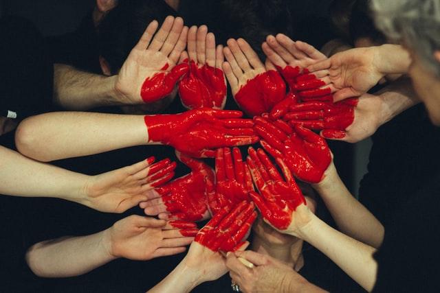 Les mains créent une forme de coeur